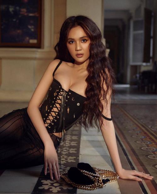 Bên cạnh mẫu quần trong suốt, diễn viên của Vòng eo 56 còn chọn mẫu áo corset bó chặt hình thể để giúp tạo hình của cô ấn tượng hơn.