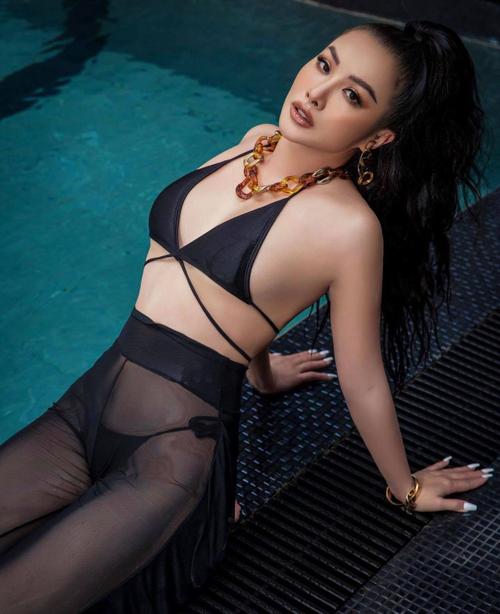 Quần ống rộng thiết kế trên vải xuyên thấu thường được Yaya Trương Nhi mix cùng các mẫu bikini hai mảnh để tạo dáng nóng bỏng bên hồ bơi.