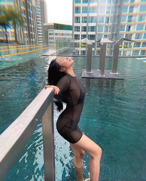 Trang phục đen xuyên thấu, để lộ rõ đường nét của đồ lót, đồ bơi là phong cách của Yaya Trương Nhi.