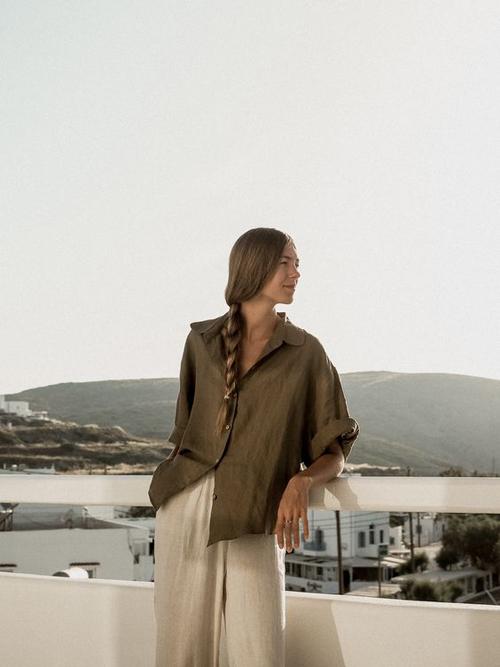 Thay vì diện áo sơ mi ôm, tôn dáng thon gọn là các mẫu trang phục free size hoặc oversize mang lại sự thoải mái.