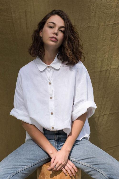 Sơ mi vải thô không có được sự phẳng phiu như áo dệt sợi polyester, nhưng chúng lại có khả năng thấp hút mồ hôi cao và luôn thông thoáng.