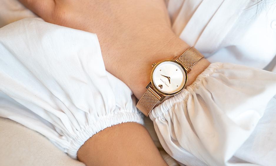 Đồng hồ nữ CCM.0519sở hữu mặt trắng, hai kim, đường kính 27 mm, lắp kính khoáng chống trày xước. Dây bằng thép không gỉ màu vàng hồng. Kiểu máy Quartz. Khả năng chống nước 3 ATM. Giá gốc 4,1 triệu đồng. Giá ưu đãi 20% còn 3,28 triệu đồng.