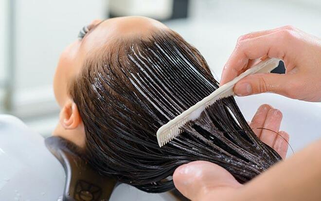 Thoa dầu xả lên chân tóc khiến tóc nhanh bết dầu.