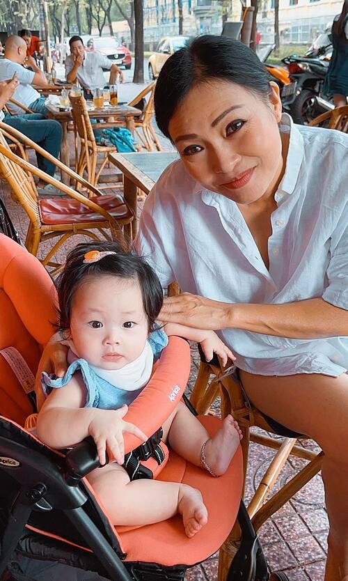 Ca sĩ Phương Thanh pose ảnh cùng bé Ốc - con gái ca sĩ Pha Lê.