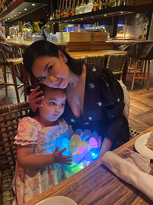 Biểu tượng sexy màn ảnh Việt một thời Y Phụng đưa con gái Paris đi ăn tối tại nhà hàng. Bữa tiệc có sự tham gia của những người thân trong gia đình cô hiện sống tại Mỹ. Paris lượm được một giỏ trứng phát sáng. Bé tin vào những câu chuyện kể về ngày lễ đặc biệt này.
