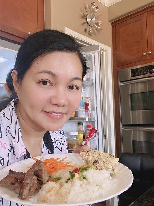 Nghệ sĩ cải lương Ngọc Huyền lười hết sức vào ngày lễ này. Cô ở nhà xem phim với mẹ, nấu vài món đơn giản để lót dạ và lên kế hoạch đưa hai con đi chơi xa trong một tuần lũ trẻ được nghỉ học.