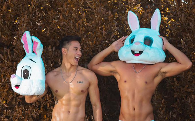 Hồ Vĩnh Khoa (trái) cùng bạn đời hóa trang thành chú thỏ mang tinh thần ngày lễ. Cả hai luôn có cách đặc biệt để chào đón những dịp trọng đại trong năm.