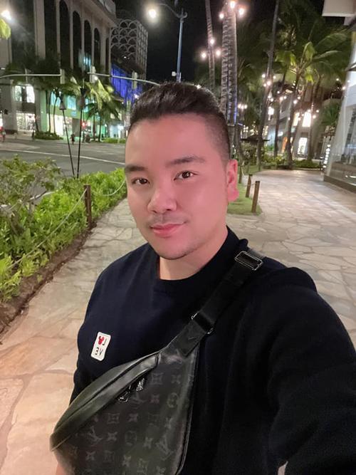 Ca sĩ Tân Hy Khánh nghỉ ngơi và mua tặng bản thân một số món đồ hiệu vào Lễ Phục sinh. Anh mong mọi người nhận nhiều hồng ân từ Thiên Chúa, có sức khỏe và hạnh phúc.