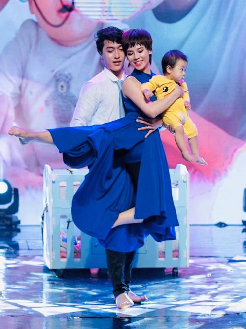 Đình Lộc - Xuân Thảo và con trai trên sân khấu.