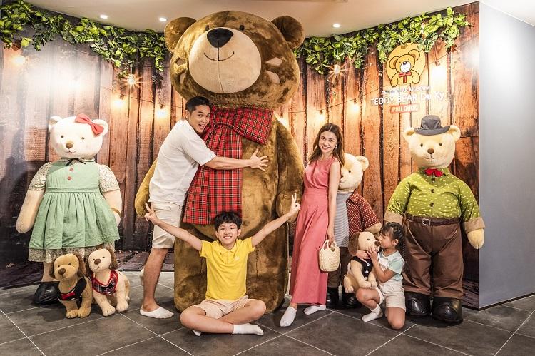 Du khách check in bên chú gấu Teddy cao 2m.