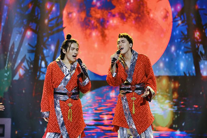 Đình Lộc (phải) trong đêm thi thứ ba ở chương trình Trời sinh một cặp mùa 5.