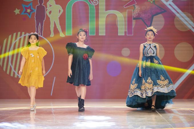 Ở thử thách Sân khấu bé yêu, ba thí sinh nhí được trình diễn catwalk với chủ đề về trang phục có những chiếc nơ khổng lồ, các bé mẫu nhí nhà Pinkids cũng tham gia trợ diễn trong phần thi này.