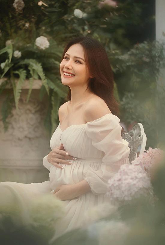 Từ ngày kết hôn với ông xã đại gia, Phanh Lee rất kín tiếng về chuyện đời tư. Cô cũng không còn nhận đóng phim truyền hình để dành thời gian cho gia đình nhỏ. Nữ diễn viên cho biết, mỗi giai đoạn trong cuộc sống đều có trọng tâm riêng.