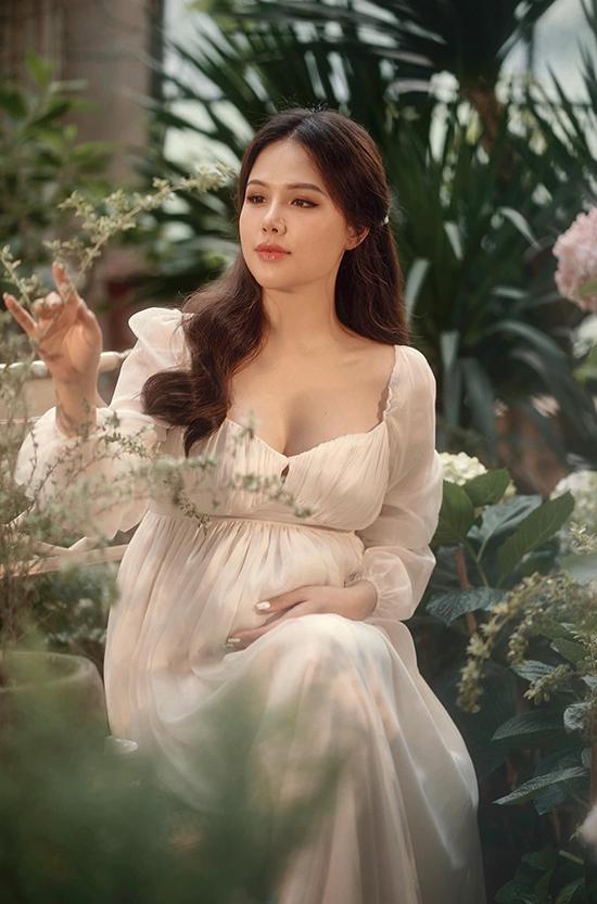 Phanh Lee tên thật Phương Anh sinh năm 1990, từng học Mỹ thuật - Công nghiệp trước khi bén duyên phim ảnh với các phim Mátxcơva mùa thay lá, Ghét thì yêu thôi...