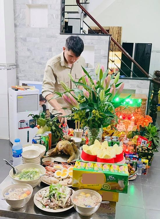 Tết Tân Sửu 2021 cũng là cái tết đầu tiên vợ chồng Thảo Trang. Họ cùng dọn dẹp nhà cửa, bày biện cúng kiến.