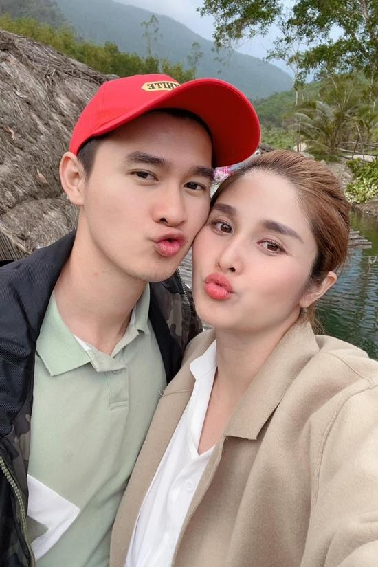 Thảo Trang khoe thần sắc tươi tắn dù lúc này bầu vượt mặt. Hai còn vợ chồng cũng nhí nhảnh chụp ảnh kỷ niệm. Nữ diễn viên trân quý tình cảm của chồng vì luôn bên cạnh giúp cô vượt qua khó khăn lúc bầu bí.