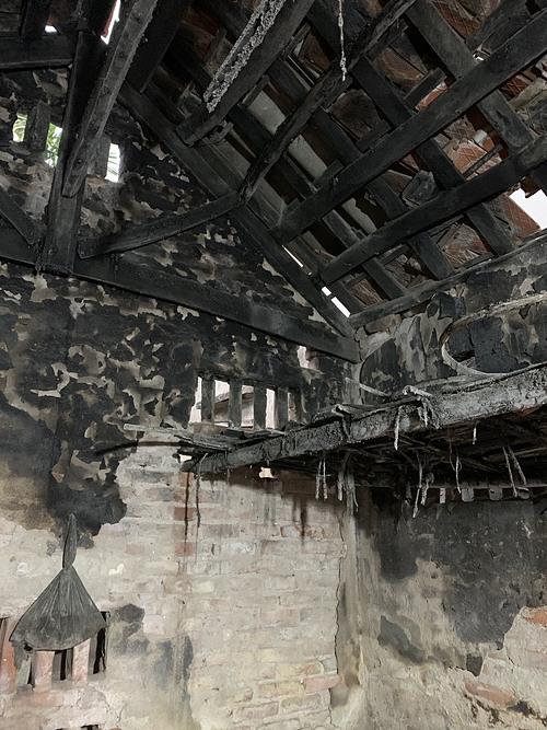 Mái ngói và tường ở góc đun nấu đen kịt những lớp bồ hóng bám dày.
