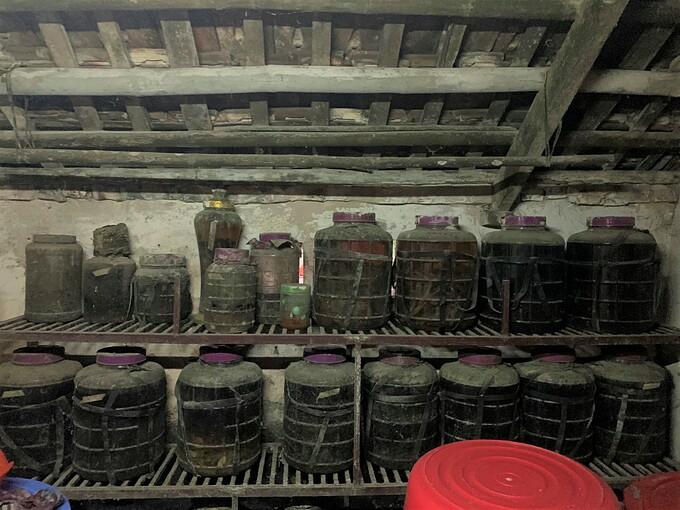 Những lọ ngâm nước quả hay rượu lâu năm để trong bếp cũng đen màu bồ hóng.
