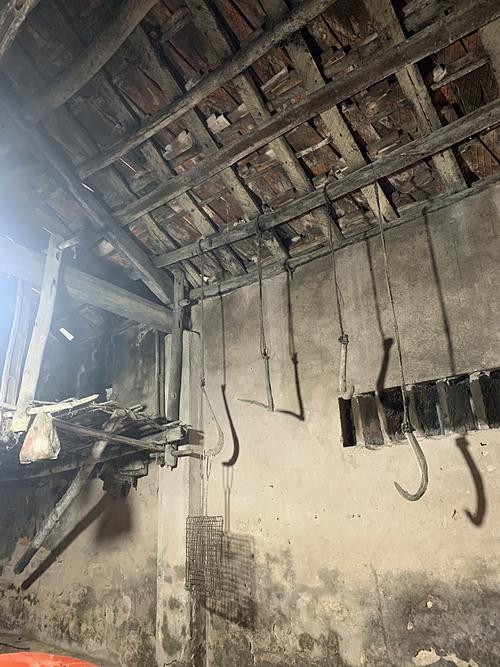 Một số nông cụ được treo trong bếp như thói quen của nhiều gia đình Việt thuần nông ngày trước.