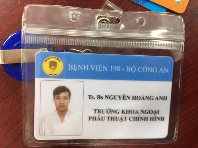 Hào làm biển tên giả lừa là bác sĩ bệnh viện Bộ Công an.