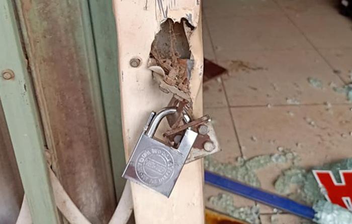 Nghi phạm được cho dùng khoá khoá phía ngoài cửa xếp để không cho các nạn nhân thoát ra.