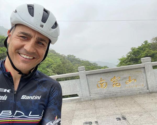 Trên trang cá nhân hôm 5/4, cựu danh thủ Fabio Cannavaro chia sẻ loạt ảnh về chuyến đi chơi mới của bản thân ở Trung Quốc. Trong ảnh, hậu vệ một thời check in ở núi Namkun thuộc thành phố Huệ Châu, tỉnh Quảng Đông.