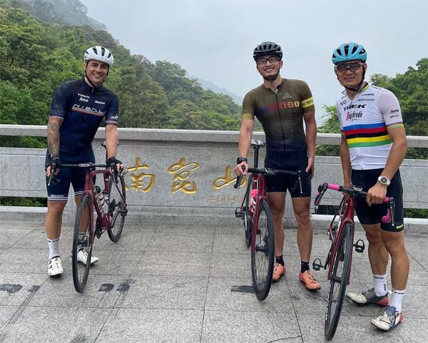 Cannavaro đi cùng hai người bạn đồng hành đều là người Trung Quốc. Cựu danh thủ Italy chia sẻ rằng anh đã đạp xe từ Quảng Châu tới Huệ Châu với quãng đường 217 km hết 7 giờ 9 phút.
