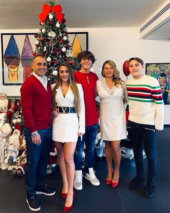 Cannavaro chụp ảnh bên vợ và con dịp lễ cuối năm. Vợ chồng cựu danh thủ Italy kết hôn năm 1996 và lần lượt có ba con đủ trai, gái.