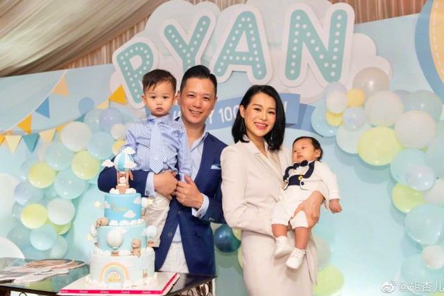 Hạnh Nhi và chồng cùng hai con trai, trong tiệc 100 ngày của con trai thứ hai.