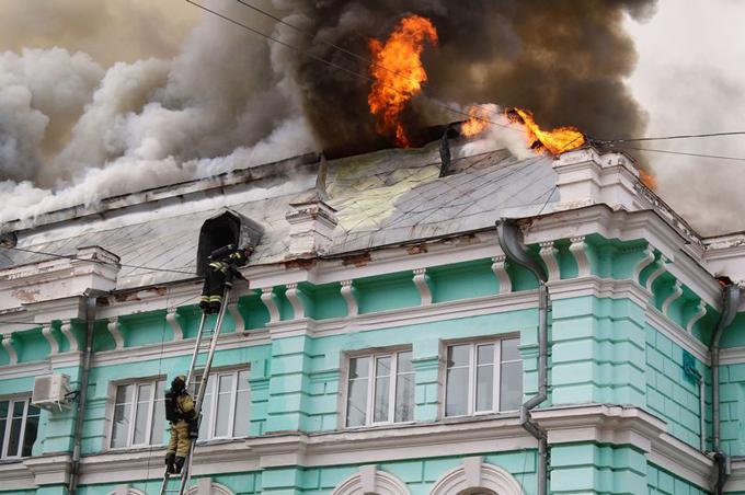 Các nhân viên cứu hỏa nỗ lực dập lửa trên mái bệnh viện, đồng thời sơ tán các bệnh nhân ra ngoài khi xảy ra hỏa hoạn. Ảnh: Mirror.