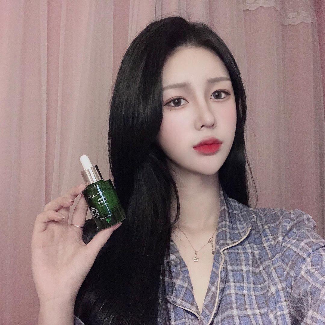 Cô gái Hàn yêu thích sản phẩm serum tràm trà Derladie.