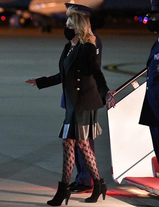 Đệ nhất phu nhân Jill Biden đặt chân xuống Căn cứ không quân Andrew vào tối 1/4. Ảnh: Reuters.