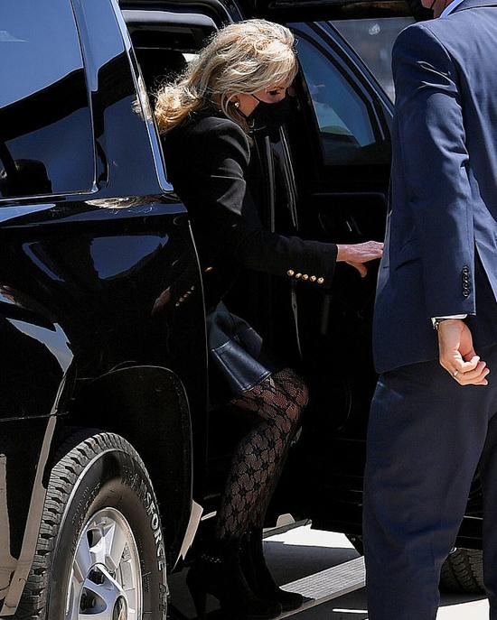 Bà Jill Biden mặc quần tất lưới hôm 1/4. Ảnh: Reuters.