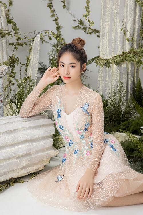 Các mẫu váy đi tiệc thiết kế trên chất liệu voan, lưới mỏng và điểm xuyết họa tiết thêu tỉ mỉ.