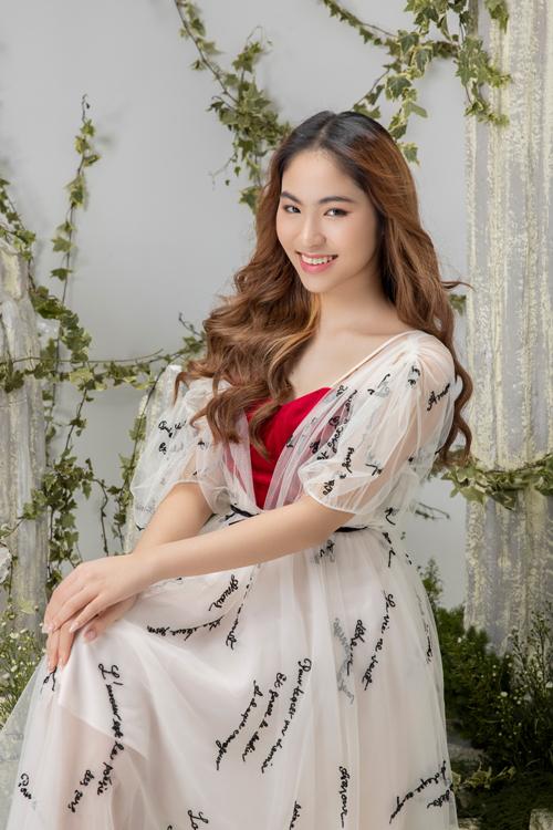 Chất liệu nhung đỏ nổi bật được nhà mốt Việt sử dụng để tạo điểm nhấn cho trang phục trắng đi kèm họa tiết thêu màu tương phản.