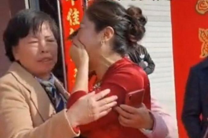 Mẹ chú rể và con dâu ôm nhau khóc khi nhận ra là mẹ con ruột trong đám cưới ở Tô Châu hôm 31/3. Ảnh: Weibo.
