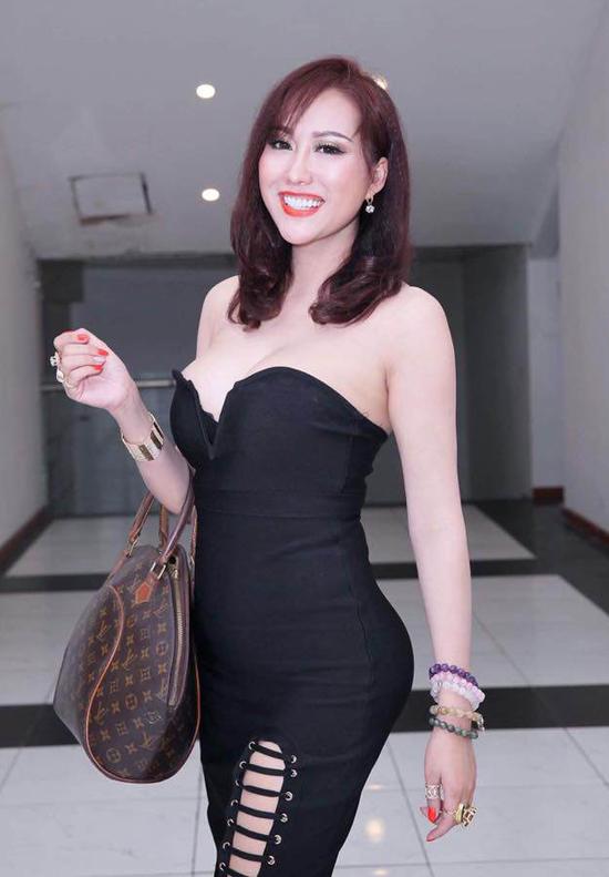 Từ cô gái xấu xí Phi Thanh Vân đã lột xác thành người đẹp sexy sau hàng chục cuộc phẫu thuật thẩm mỹ.
