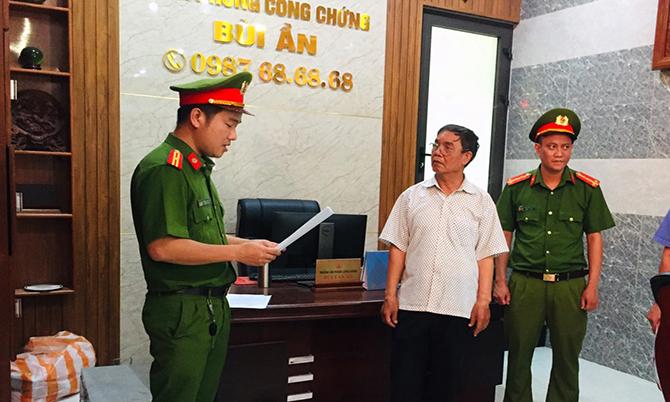 Cảnh sát đọc lệnh bắt tạm giam ông Bùi Văn Ần. Ảnh: Công an cung cấp.