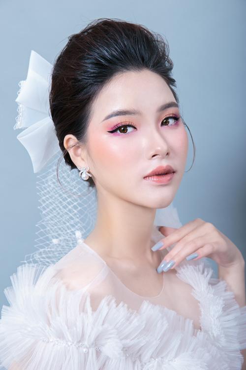 Đón đầu hè 2021, chuyên gia trang điểm Hồ Thiên Tuấn dự đoán hai layout makeup tươi trẻ, mang phong cách kẹo ngọt cho nàng dâu. Layout đầu tiên lấy cảm hứng từ chính bảng màu mùa hè sôi động, trẻ trung.