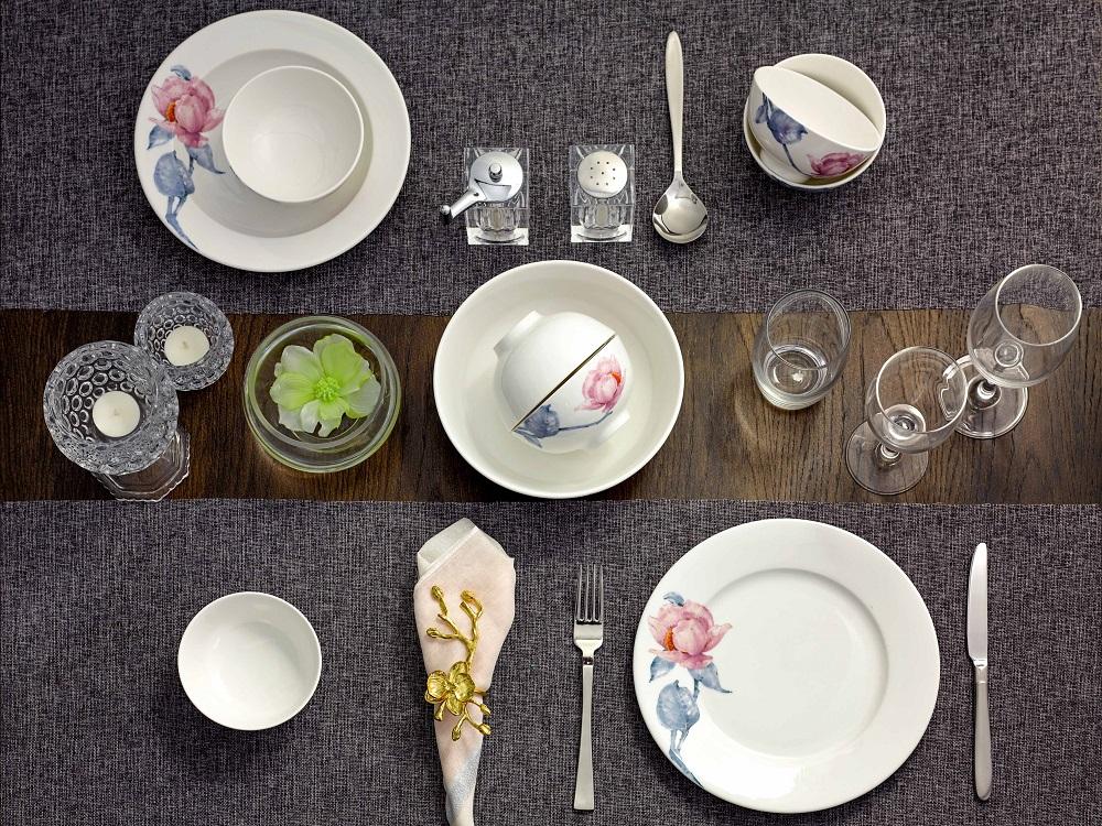Bộ đồ ăn 9 sản phẩmcó họa tiết hoa trà mi hồng, cành lá màu xanh cobalt trên nền gốm sứ trắng. Bộ sản phẩm gồm 6 chén ăn cơm, một dĩa tròn đường kính 25 cm, một dĩa sâu lòng đường kính 23 cm, một tô trung đường kính 20 cm, đang được bán với giá ưu đãi 352.000 đồng.