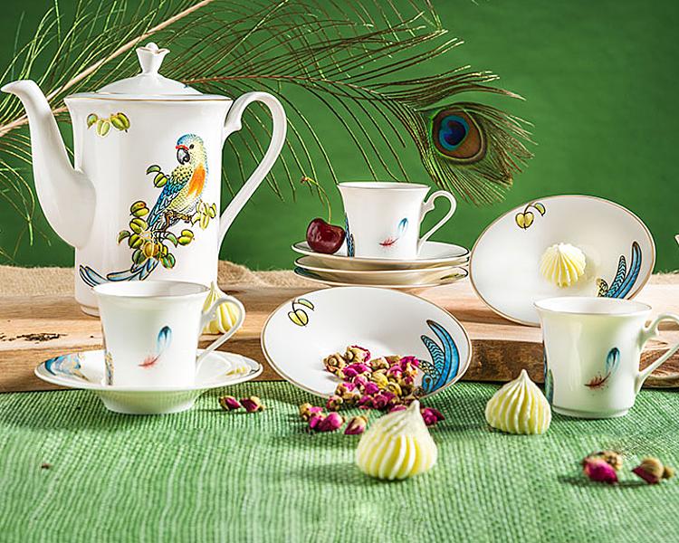 Bộ cà phê1.25 L - Tulip Ngà - Hoàng Yếnvới hoa văn chủ đạo là chim hoàng yến nhiều màu sắc trên nền gốm trắng. Bộ sản phẩm gồm một bình 800 ml, 6 tách dung tích 110 ml, 6 đĩa lót tách đường kính 13 cm. Giá niêm yết 3,168 triệu đồng.
