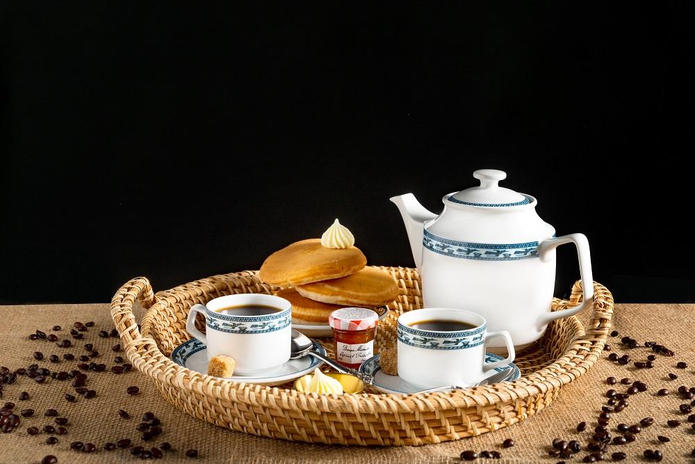 Bộ trà 0.7 L Jasmine chim lạcvừa cổ điển vừa hiện đại nhờ hoa văn màu xanh cobalt in hình đàn chim lạc - một trong những linh vật truyền thống từ thời dựng nước, biểu tượng của phồn thịnh, bình an và may mắn. Bộ sản phẩm gồm 1 bình trà, 6 tách và đĩa lót tách, đang được bán với giá 682.000 đồng.