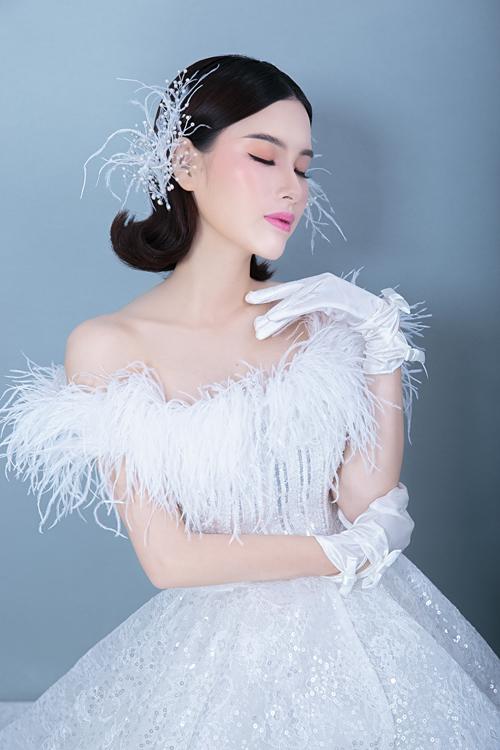 Son hồng bắt trend khiến tô điểm cho vẻ trẻ trung, rạng ngời của cô dâu.