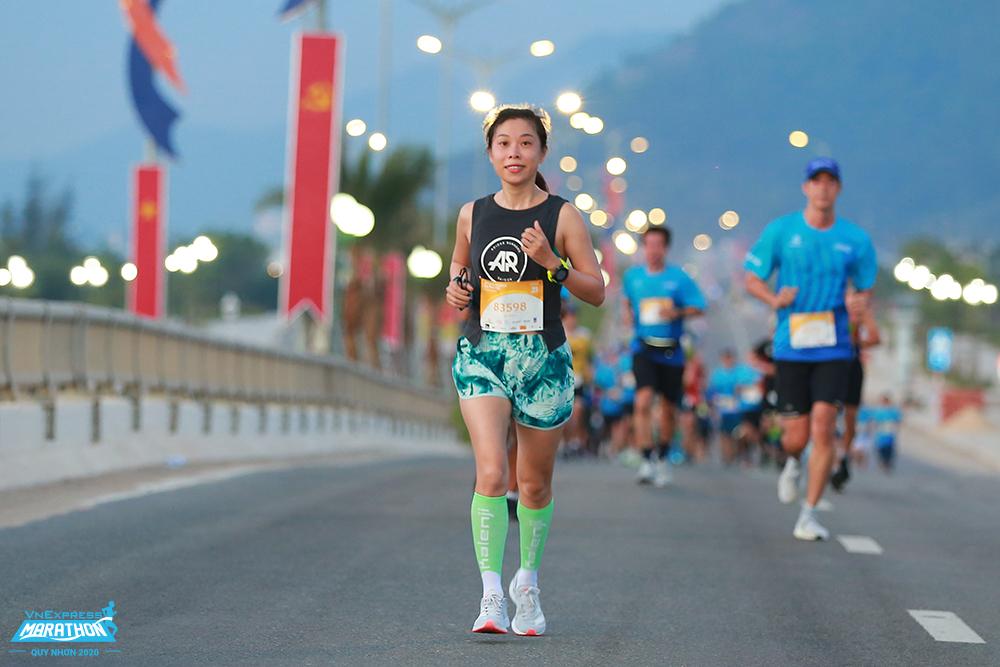 Leo cầu thang có tác dụng với những cung đường chạy dốc. Ảnh: VnExpress Marathon.