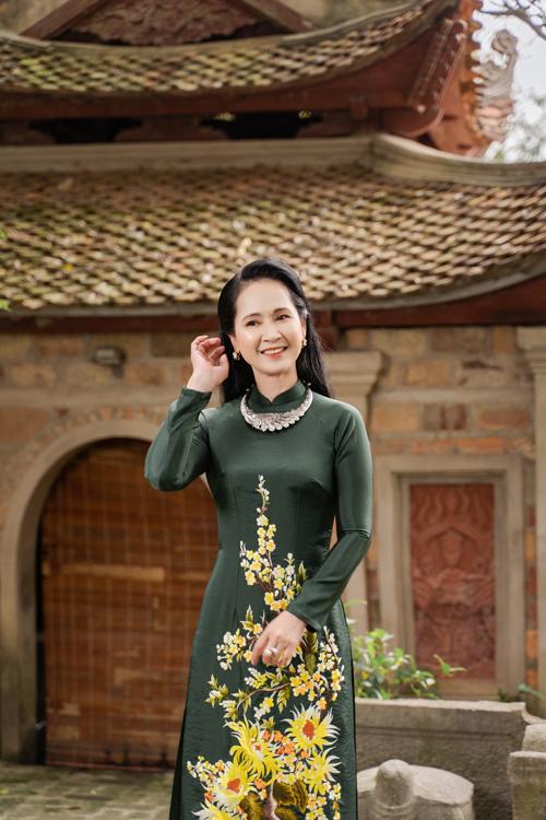 Nếu thích tông màu tối, áo xanh rêu ngả đen là một gợi ý khác cho bà sui.