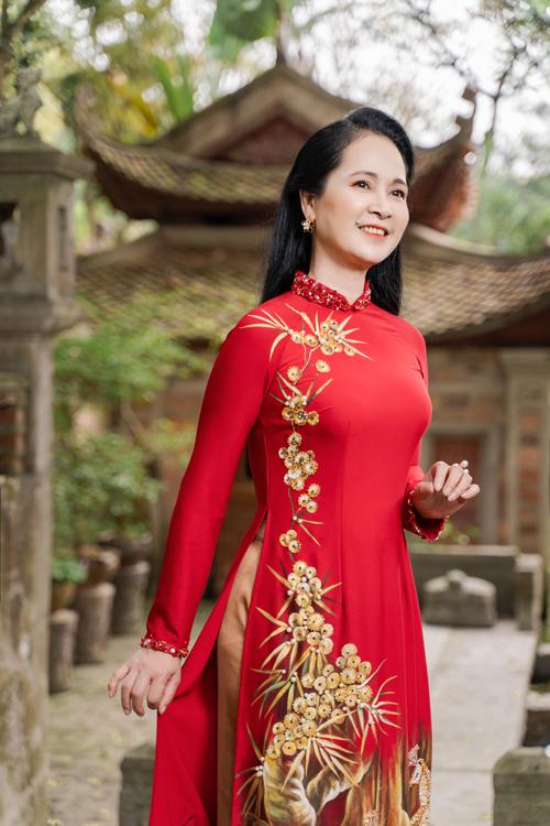 Nghệ sĩ Lan Hương gợi ý các áo dài làm từ chất liệu lụa cao cấp, kỹ thuật thêu tay tạo nên các họa tiết nhã nhặn và sang trọng cho bà sui.
