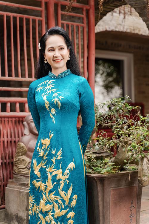 Áo dài xanh từ lụa in chìm là lựa chọn khác mà nữ nghệ sĩ giới thiệu. Tấm áo được điểm thêm các hạt đá lấp lánh nơi cổ để tạo điểm nhấn.