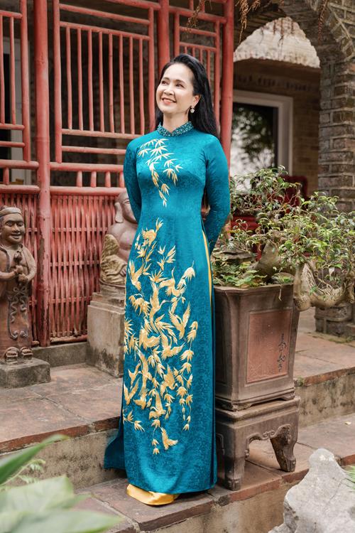 Một tấm áo dài đẹp với phụ nữ trung tuổi là tôn lên các ưu điểm dáng vóc, giấu được vòng 2 kém thon nhờ phom dáng suông.