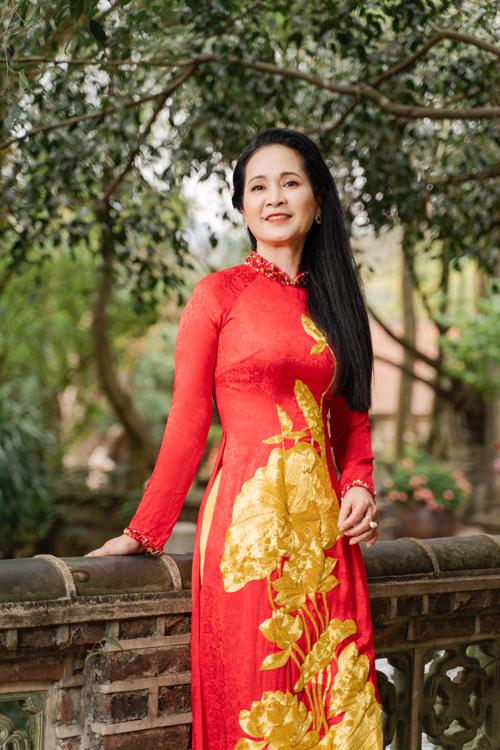Chiếc áo vừa vặn sẽ khiến người diện thoải mái và giúp tôn dáng tối đa. Họa tiết những đóa sen, lá sen nổi bật trên thân áo dài đỏ.