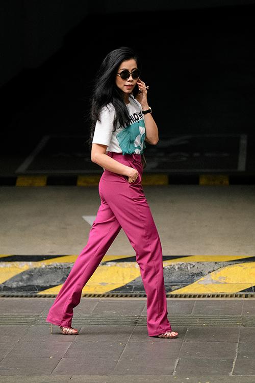 Phong cách trẻ trung dễ tôn dáng và hack tuổi với cách phối áo thun họa tiết đi cùng quần ống đứng gam hồng bắt mắt.